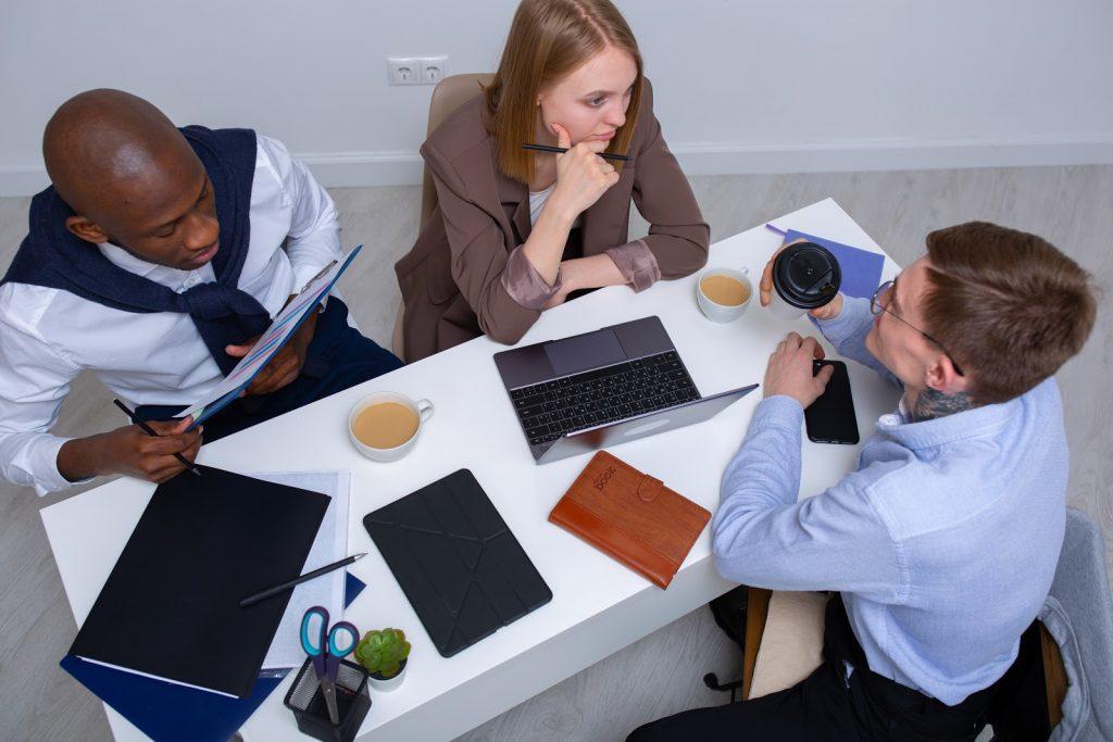 Pessoas conversando sobre as tendências de marketing digital